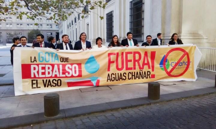 Alcaldes de Atacama llegan a La Moneda para exigir término de contrato de Aguas Chañar